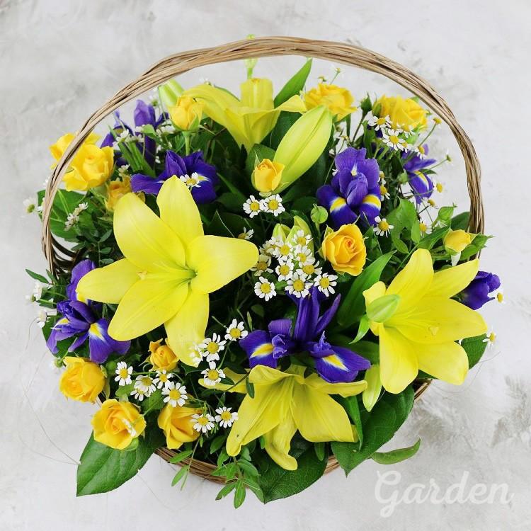 Букет с лилиями в корзине
